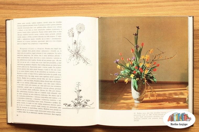 velika vaza na podu sa baštenskim cvetovima